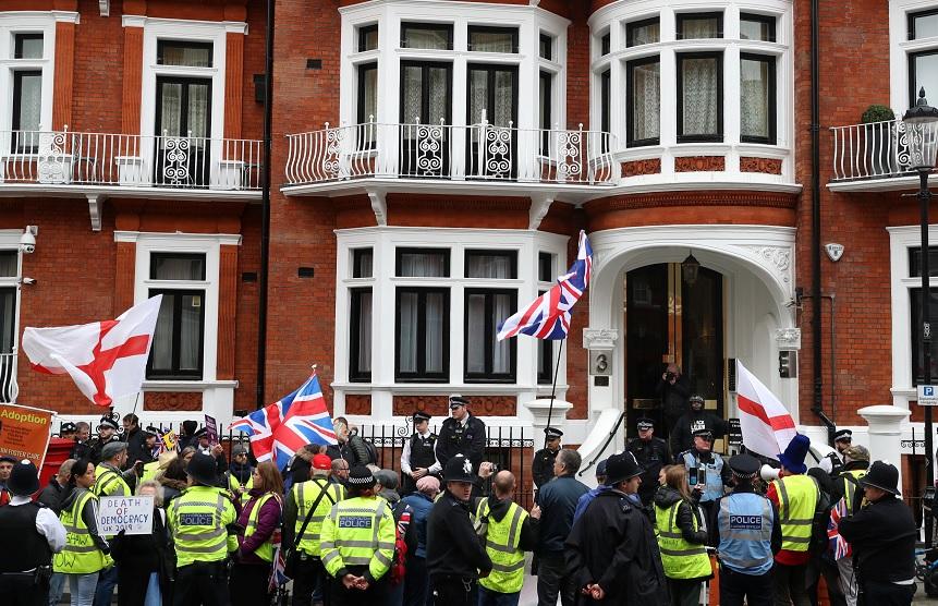 Foto: Manifestantes se ubican frente a la embajada de Ecuador, donde se encuentra el fundador de WikiLeaks, Julian Assange, en Londres, Reino Unido, 6 de abril de 2019 (Reuters)