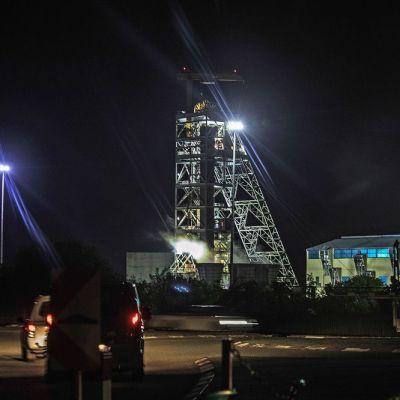Casi 2 mil trabajadores, atrapados en mina de Sudáfrica