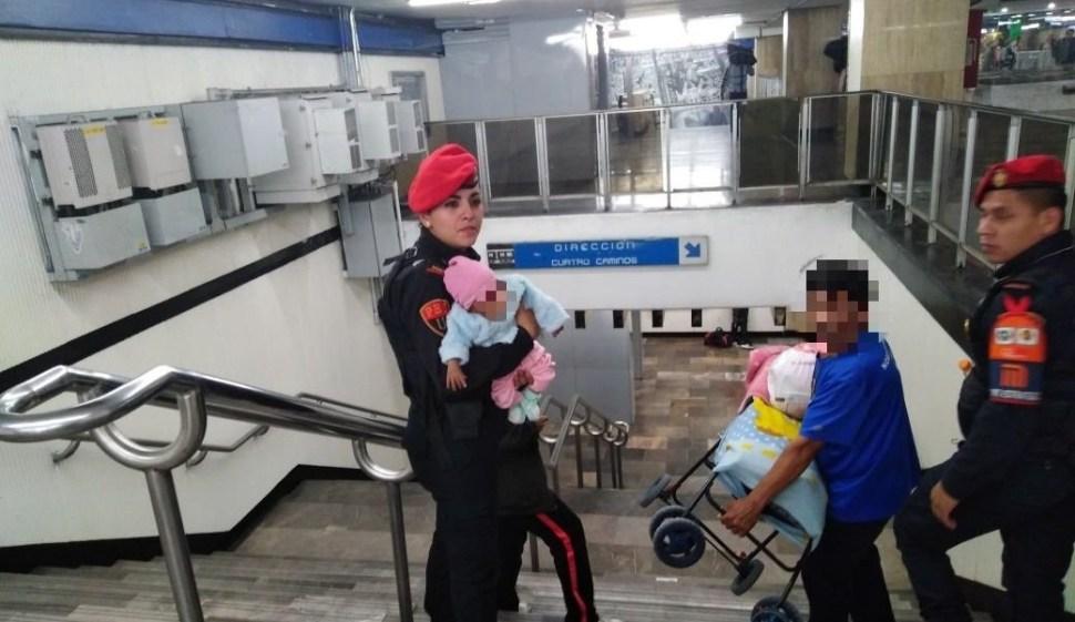 FOTO Mujer intentó lanzar a su bebé a las vías del Metro de la CDMX en 2018 (Noticieros Televisa)