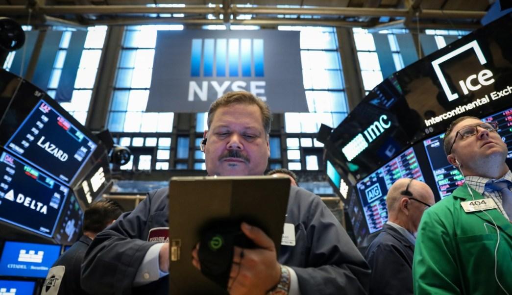 Comerciantes trabajan en el piso de la Bolsa de Nueva York (NYSE), 24 de abril de 2019 (Reuters)