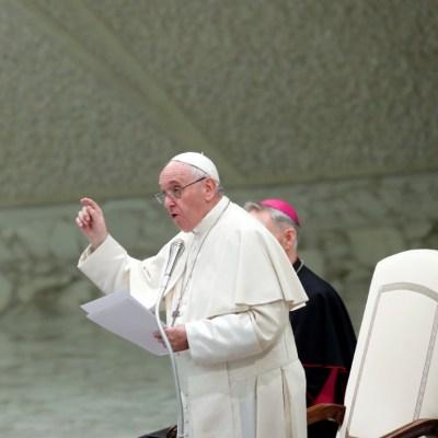Papa exhorta a jóvenes a liberarse de la 'dependencia' del celular