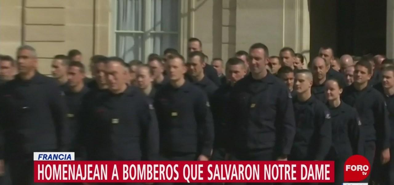 FOTO: Rinden homenaje a bomberos en Francia, 18 abril 2019