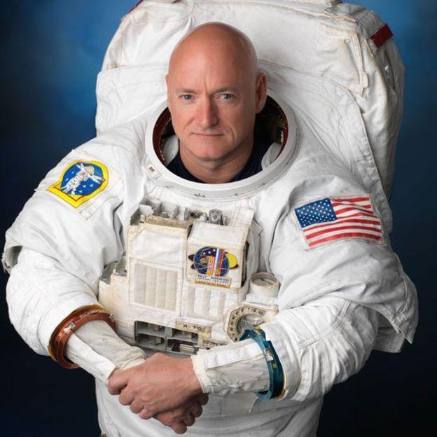 Scott Kelly, el gemelo astronauta que viajó a la Estación Espacial Internacional durante un año, en una foto antes de su partida (NASA)