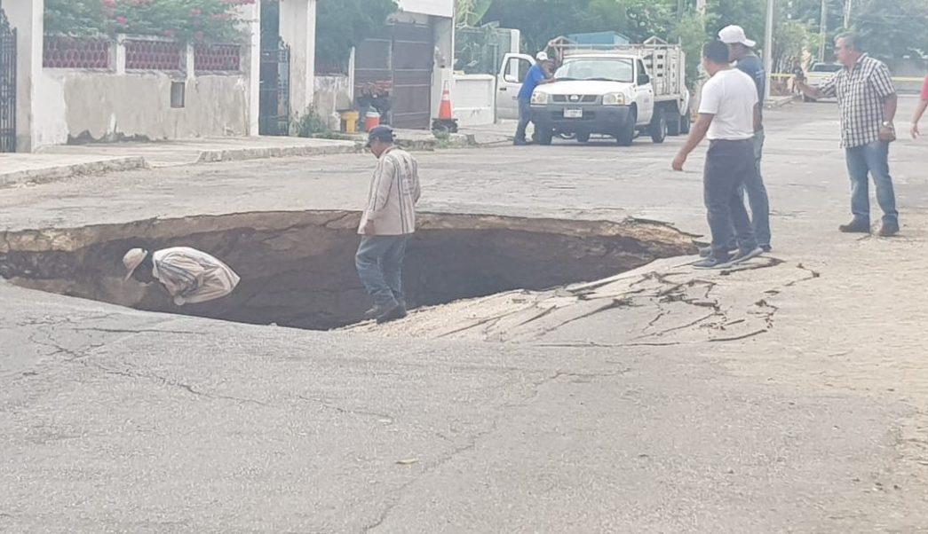 Foto Se abre socavón en calles de Mérida, Yucatán 16 abril 2019