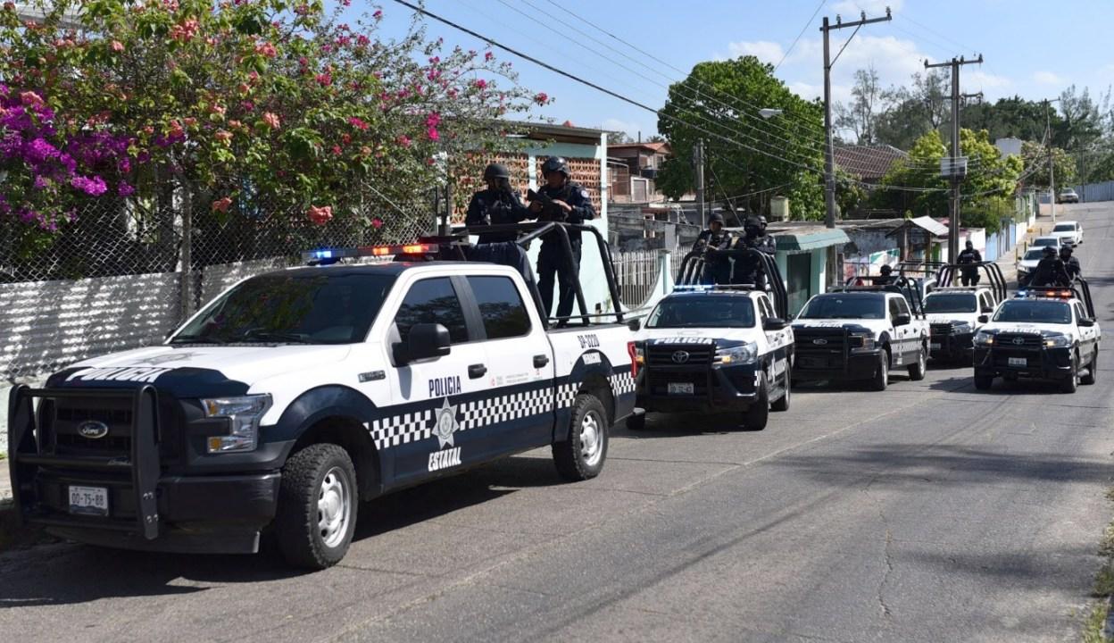Foto: Policías vigilan la escena del crimen donde murieron 13 personas en Minatitlán, abril 20 de 2019 (Reuters)