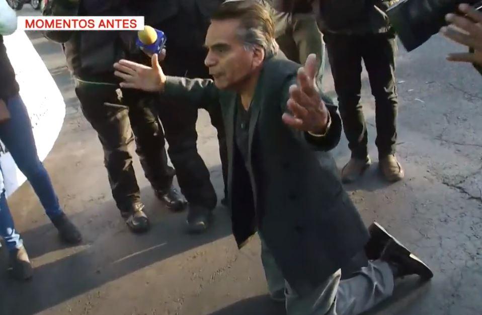 Foto: Un hombre desesperado se hinca y suplica a los manifestantes que retiren el bloqueo en Eje 5 Sur, CDMX, 11 abril 2019