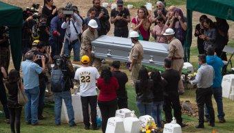 Familiares y amigos sepultan a Armando Vega Gil