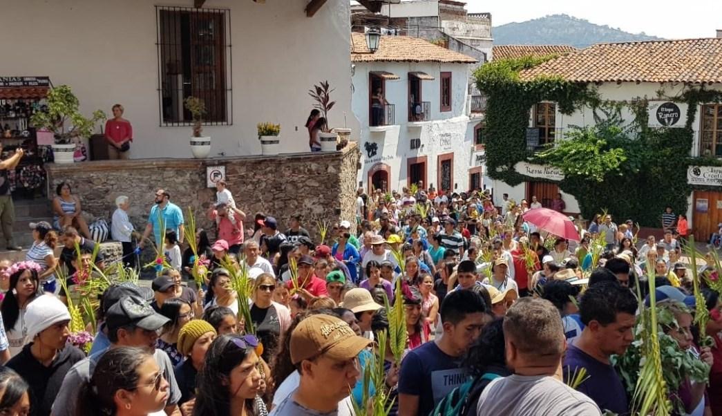 Foto: Cientos de personas celebren el Domingo de Ramos en Taxco, Guerrero, 15 de abril 2019. Twitter @VisitTaxco