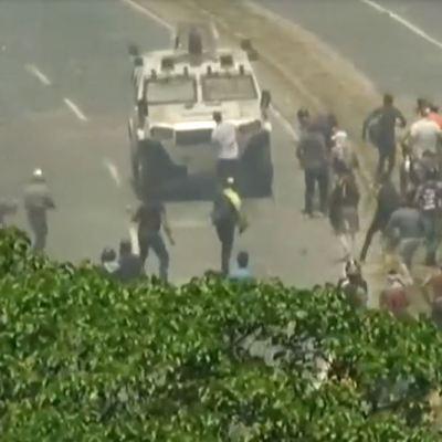 VIDEO: Tanquetas atropellan a manifestantes en Venezuela