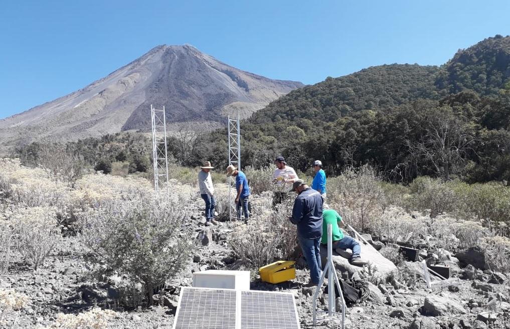 Foto: Instalan estación GPS en el Volcán de Fuego de Colima, 5 de abril 2019. Twitter @PC_Colima