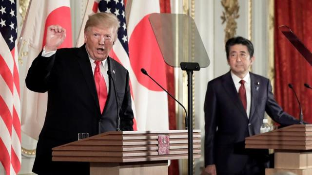 Foto: El primer ministro nipón, Shinzo Abe (d), ofrece una rueda de prensa con el presidente de los EEUU, Donald Trump (i), en el Palacio Akasaka en Tokio, Japón, el 27 de mayo de 2019 (EFE)