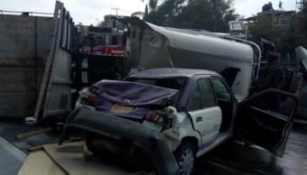 Tráiler sin frenos impacta un taxi en el Paso Exprés de Morelos