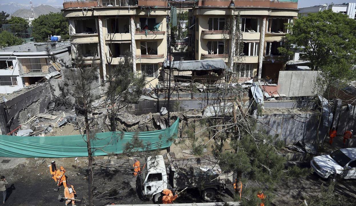 Foto: Trabajadores municipales afganos limpian los escombros frente a los edificios dañados un día después de un ataque en Kabul, Afganistán, 18 mayo 2019