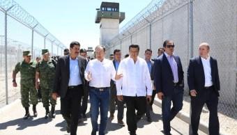 Foto: El secretario de Seguridad y Protección Ciudadana, Alfonso Durazo, visitó el centro penitenciario en Samalayuca, el 3 de mayo de 2019. (Twitter @AlfonsoDurazo)