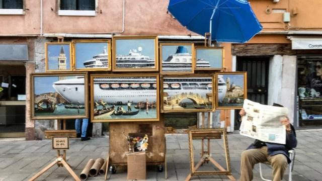 Banksy denuncia en Venecia, con representación artística, el paso de cruceros