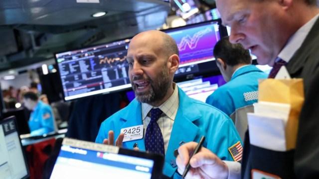 Los comerciantes trabajan en el piso de la Bolsa de Nueva York (NYSE) en Nueva York, Estados Unidos, 7 de mayo de 2019 (Reuters)