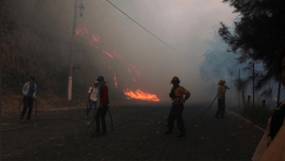 Foto: Bomberos luchan contra incendio forestal en Jalisco, 15 de mayo de 2019, México