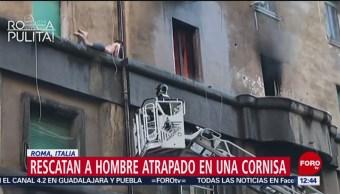 Bomberos rescatan a hombre que huyó de incendio por una cornisa