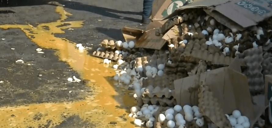 FOTO Un camión con huevos vuelca en el Circuito Exterior Mexiquense (FOROtv 2 mayo 2019 edomex)