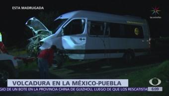 Camioneta de pasajeros vuelca en la México-Puebla