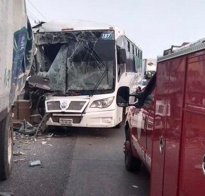 Chocan camión y tráiler en la México-Querétaro; hay 15 lesionados