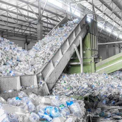 Científicos crean plástico 100% reciclable
