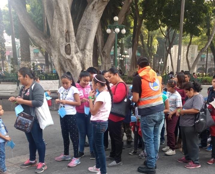 Foto: Reparten cubrebocas por contingencia ambiental en Puebla, 14 de mayo 2019. (Twitter @fhergarciav)