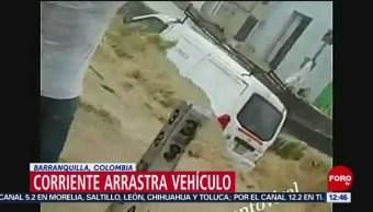 Corriente arrastra vehículo en Barranquilla, Colombia