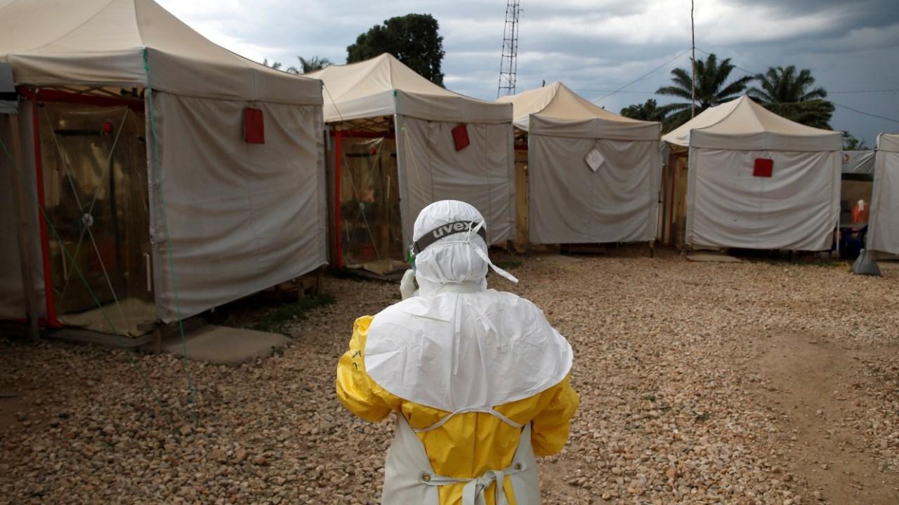 Foto: Un trabajador de salud lleva equipo de protección contra el ébola en el Congo, mayo 4 de 2019 (Reuters)