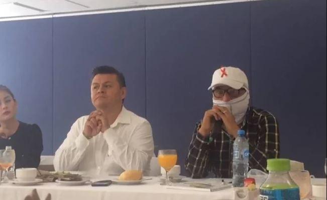 El médico Rolando Hernández Muññoz y el químico Butanda Ochoa en una conferencia de prensa ofrecida en las instalaciones de la UNAM (Notimex)
