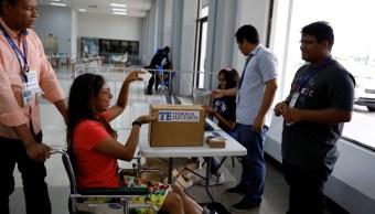 Foto: Una mujer participa en una simulación para aprender a usar el voto digital durante los preparativos para las próximas elecciones generales de Panamá, mayo 4 de 2019 (Reuters)