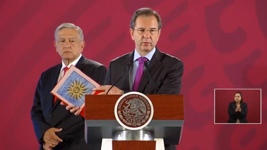 Foto: El secretario de Educación Pública, Esteban Moctezuma, muestra uno de los libros de texto del nuevo ciclo escolar., 15 agosto 2019