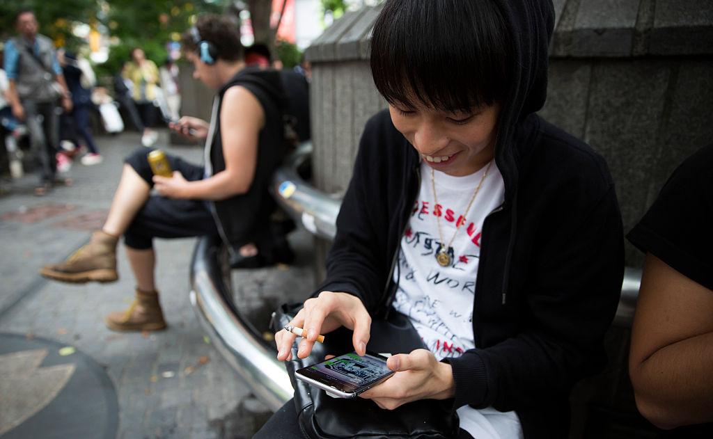Estudiar y usar el teléfono o la computadora, principalmente para interactuar con otros compañeros, reduce la concentración y atormenta al cerebro con malestares innecesarios para el estudio (GettyImages)