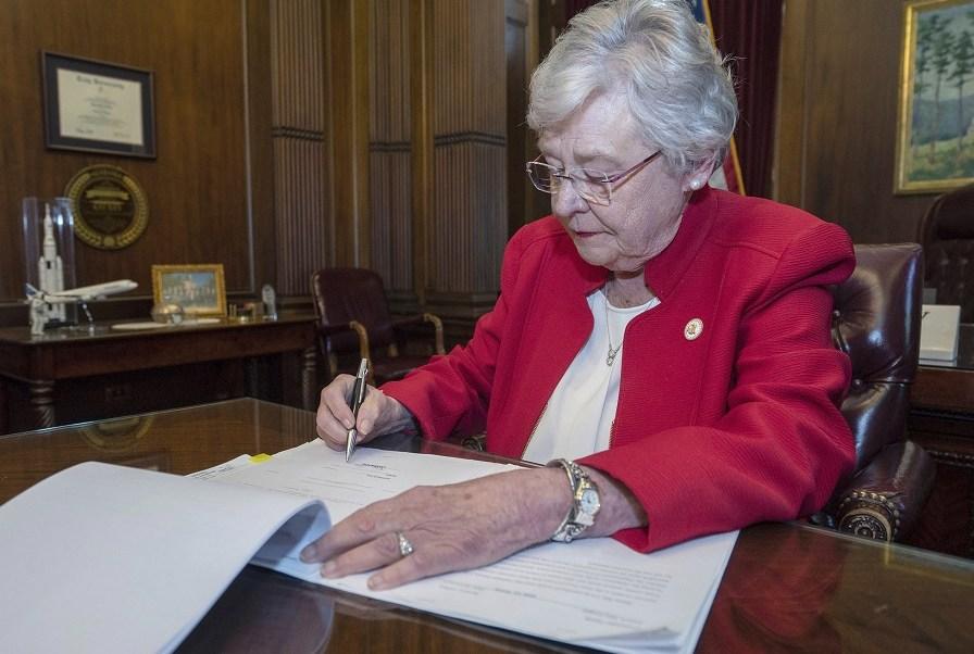 Foto: La gobernadora de Alabama Kay Ivey firmó una ley que prácticamente prohíbe el aborto. El 15 de mayo de 2019