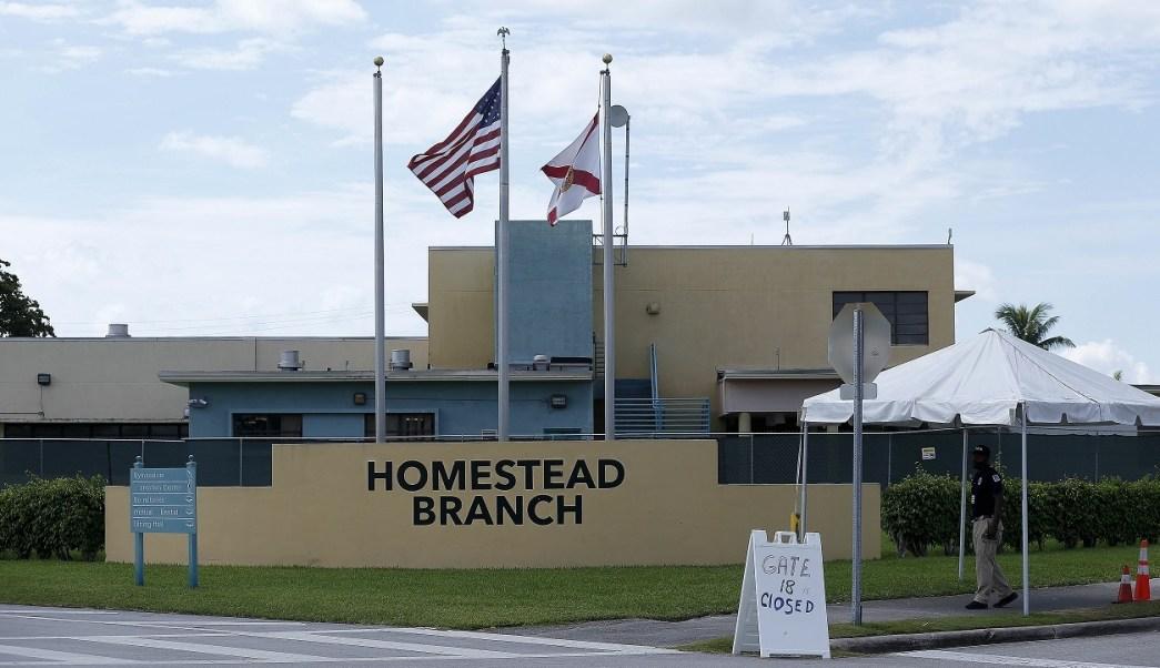 Foto: Un vigilante camina afuera del refugio para migrantes Homestead Branch en Homestead, Florida, EEUU. El 22 de junio de 2018