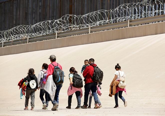 Foto: Un grupo de migrantes caminan después de cruzar el Río Bravo en la línea fronteriza entre Ciudad Juárez y El Paso en México. El 9 de mayo de 2019
