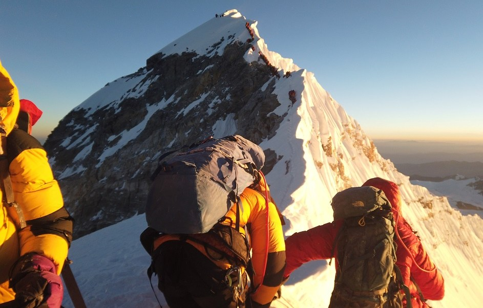 Foto: un grupo de alpinistas se dirigen a la cima del monte Everest. El 22 de mayo de 2019
