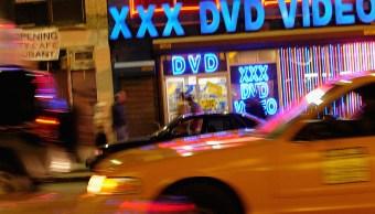 Foto: Taxis pasan por una tienda de videos para adultos en Nueva York, EEUU. El 15 de marzo de 2005