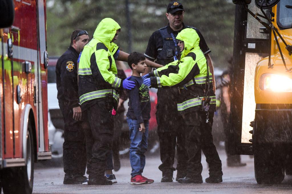 Foto: Policías auxilian a un estudiante de la escuela STEM Highlands Ranch, en Colorado, EEUU, tras tiroteo. El 7 de mayo de 219