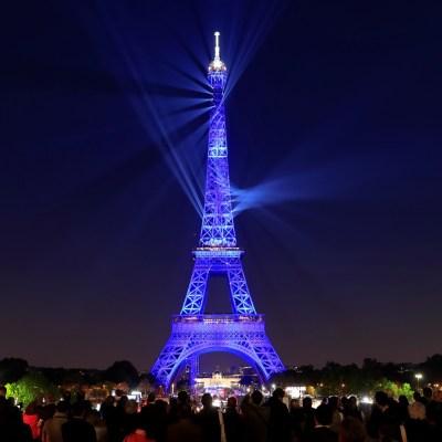 Torre Eiffel celebra 130 años con espectáculo láser