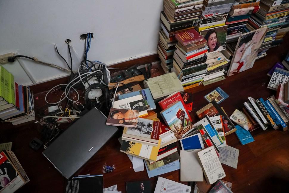 Foto: Libros tirados en la casa del opositor venezolano Leopoldo López. El 1 de mayo de 2019