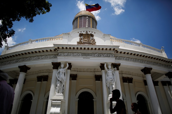 Foto: Una bandera de Venezuela ondea en la sede de la Asamblea Nacional en Caracas. El 10 de mayo de 2019