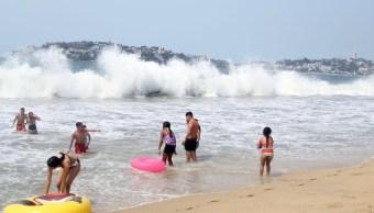 Foto: El fenómeno del mar de fondo ocasiona fuerte oleaje en playas de Acapulco, mayo 19 de 2019 (Twitter: @AcapulcoGob)