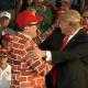FOTO Hombre vestido con saco de muro saluda a Donald Trump en un mitin, en Pennsylvania (NBC 20 mayo 2019 estados unidos)