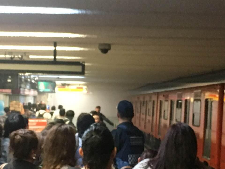Foto: Desalojan la estación del Metro Balderas por intensa nube de humo, 24 mayo 2019