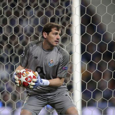 Portero Iker Casillas sufre infarto, no jugará lo que queda de temporada