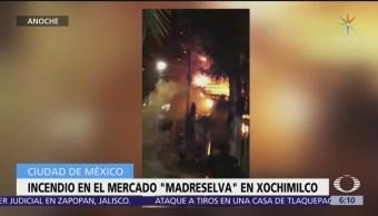 Incendio consume locales del mercado Madreselva, en Xochimilco