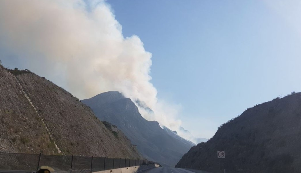 Fuego en tráiler alcanza pastizales y provoca incendio forestal en Nuevo León