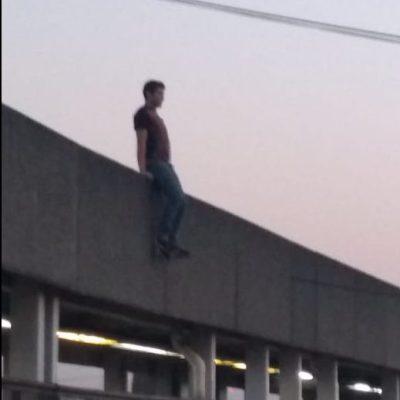Joven se arroja de puente del Metro Pantitlán
