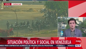 FOTO: Manifestantes contra Maduro lanzan objetos a militares, 1 MAYO 2019